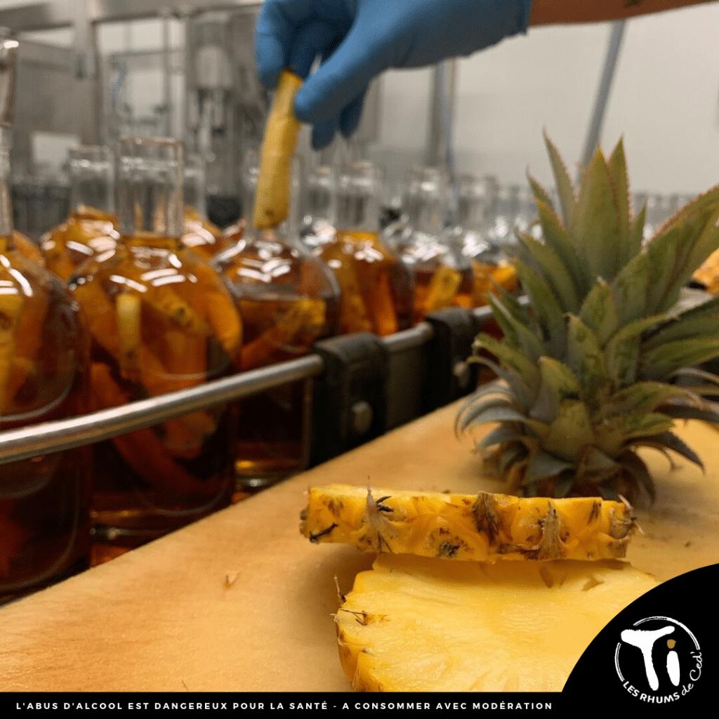 Nouveauté 2019 : Ti Ced' Ananas Caramel Beurre Salé avec un ananas Victoria de la Réunion découpé au couteau et mis en bouteille à la main.